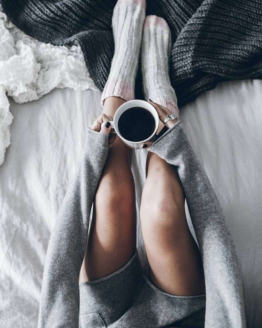 Bloggerin Jacqueline Mikuta trägt graue Kaschmir-Strickjacke EDITH